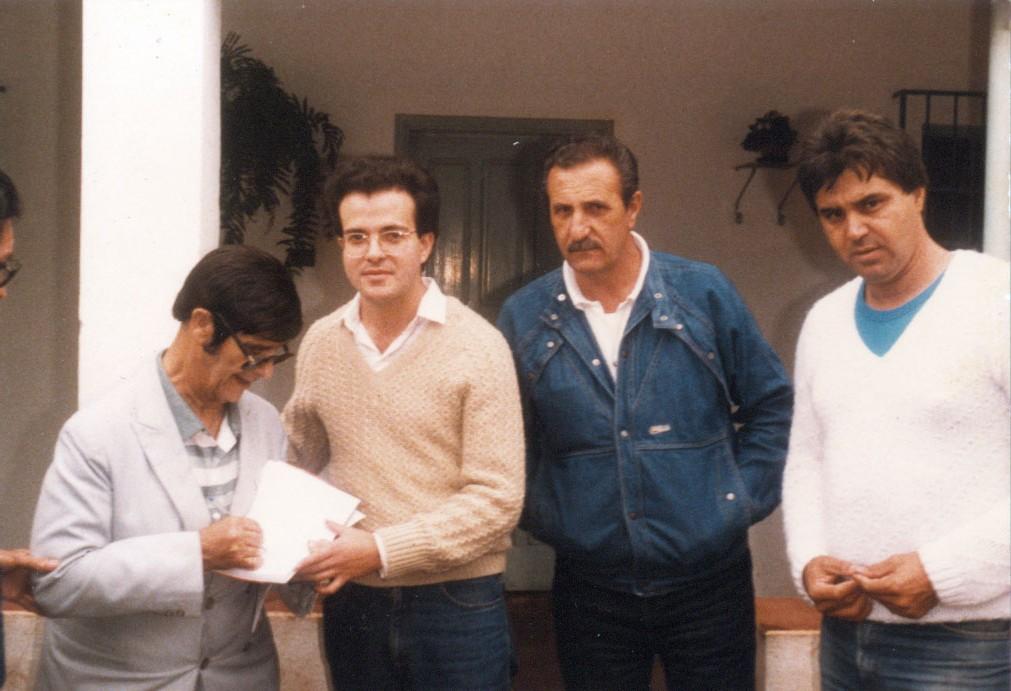 Chico Xavier autografando o Livro: Livro da Esperança de EMMANUEL